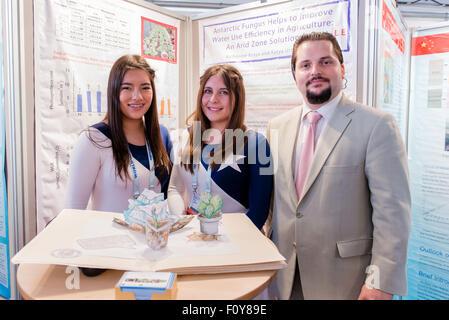 Stockholm, Schweden. 23. August 2015. Delegierte aus Chile zeigen ihre Wasser-Idee für den Junior Water Prize 2015 - Stockfoto