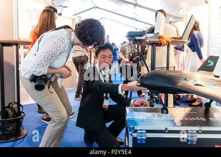 Stockholm, Schweden. 23. August 2015. Chinesischen Delegierten Ke Shuai (R) präsentiert seinen Entwurf für einem - Stockfoto