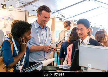 Stockholm, Schweden. 23. August 2015. Chinesischen Delegierten Ke Shuai (R) präsentiert seinen Entwurf den Richtern - Stockfoto