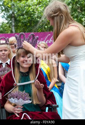 Amelinghausen, Deutschland. 23. August 2015. 22-j hrige Victoria Glaser (L) wird von ihr Vorgänger Sophia Wischmann - Stockfoto