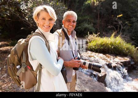 fröhlich mittleren Alter Wanderer entspannenden Fluss genießen outdoor-Aktivität - Stockfoto