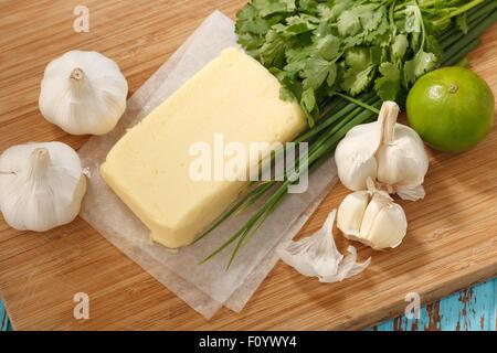 zusammengesetzte Butter Zutaten Kraut Koriander Knoblauch Zitrone frischen Frühlingszwiebeln hausgemachte italienische - Stockfoto