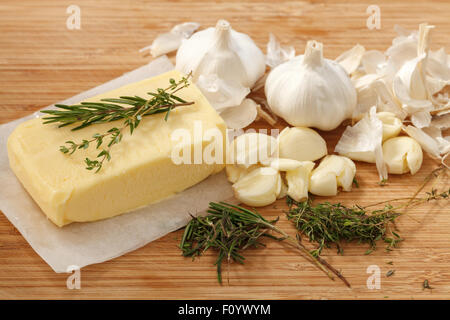 zusammengesetzte Butter Zutaten Kräuter Thymian Rosmarin Knoblauch frisch hausgemachte italienische Essen lecker - Stockfoto