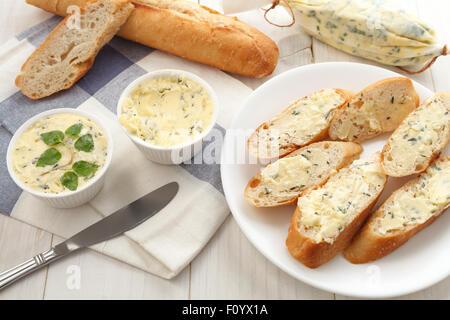 Knoblauch Brot zusammengesetzte Butter Kräuter Baguette Thymian Rosmarin Koriander Oregano frisch gehackte italienische - Stockfoto