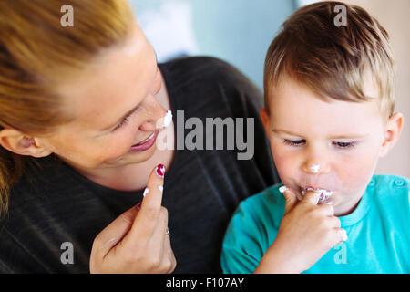 Junge sch ne frau mit einem kuchen closeup portrait for Kuchenstudio essen