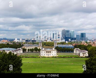 Die Skyline von Canary Wharf mit der Queen House (National Maritime Museum) in den Vordergrund, Greenwich Park, - Stockfoto