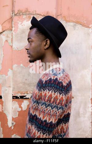 Profil von schwarzen Mann, der durch verfallene Gebäude - Stockfoto