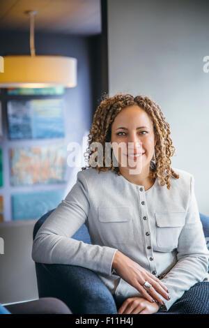 Gemischte Rassen Geschäftsfrau lächelnd in Büro lobby Stockfoto