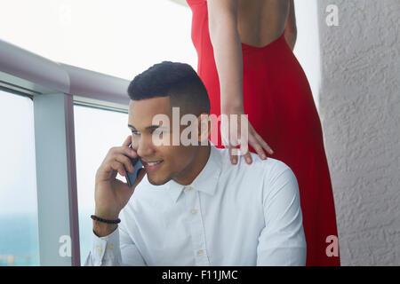 Geschäftsmann am Handy in der Nähe von Freundin sprechen - Stockfoto