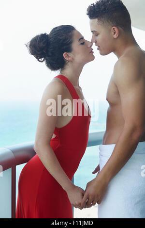 Paar Küssen auf Balkon - Stockfoto