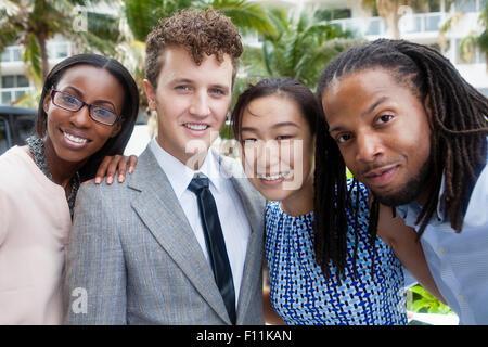 Geschäftsleute, die lächelnd im freien - Stockfoto