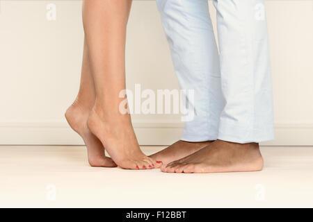 Nahaufnahme der Füße barfuß Mann und eine Frau stehen auf Zehenspitzen einander für eine romantische liaison - Stockfoto