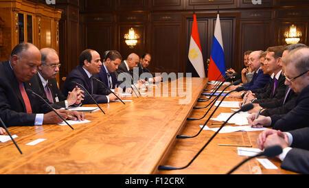 Moskau, Moskau, Russische Föderation. 25. August 2015. Der ägyptische Präsident Abdel Fattah al-Sis spricht mit - Stockfoto