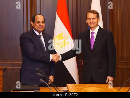 Moskau, Moskau, Russische Föderation. 25. August 2015. Der ägyptische Präsident Abdel Fattah al-Sis schüttelt Hände - Stockfoto