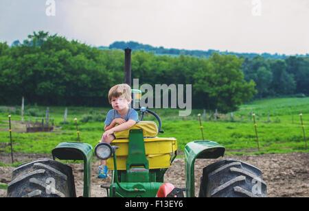 Bildnis eines Knaben sitzen auf einem Traktor - Stockfoto