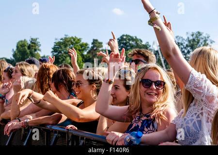 Atmosphäre im V Festival Hylands Park auf 22.08.2015 im Hylands Park, Chelmsford.  Personen im Bild: junge Mädchen - Stockfoto