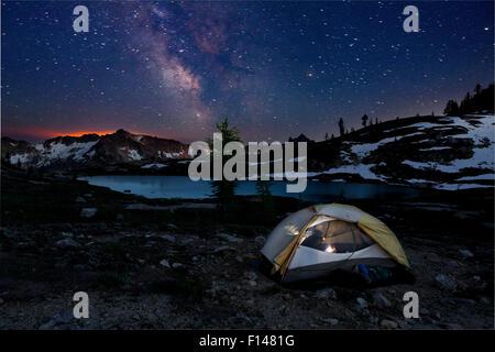 Campingplatz nachts im Schein der Waldbrand am Horizont-Snowy Seen Becken. North-Cascades-Bereich der Okanogan Wenatchee - Stockfoto