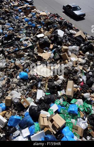 Beirut, Libanon. 27. August 2015. Menschen fahren Berge von Müll in der libanesischen Hauptstadt Beirut am 27. August - Stockfoto