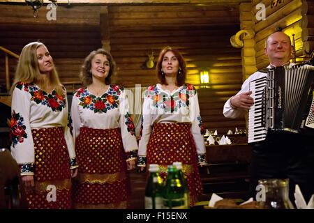 Eine traditionellen ukrainischen Folkloregruppe führt 12. November 2013 in Ivano-Frankivsk, Ukraine. - Stockfoto