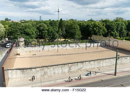 Die Gedenkstätte Berliner Mauer-Gedenkmünze Stück der Mauer an der Bernauer Straße, Berlin, Deutschland - Stockfoto