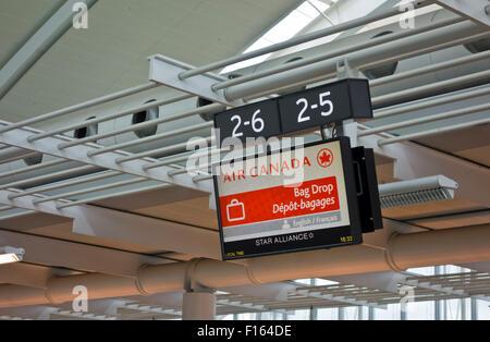 Fluggepäck drop-off Zeichen für Air Canada in Toronto Pearson International Airport - Stockfoto