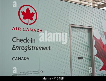 Air Canada Check-in Bereich am Pearson International Airport in Toronto, Ontario Kanada.  Zeichen in Französisch - Stockfoto