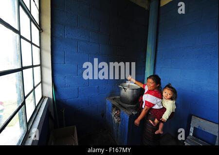Guatemala, Aguacatan, Schule Mutter kochen für Schulessen (Teresa de Leon Raymundo 32 mit Rita Aracely de Leon Raymundo 11 Monate) Stockfoto