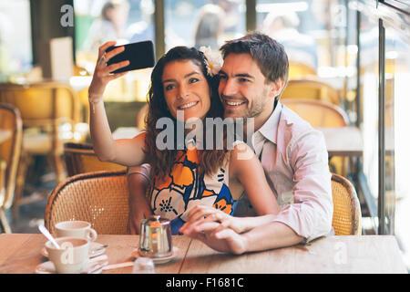 Paris, paar Partnersuche in Cafe - Stockfoto
