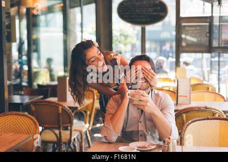 Paar Partnersuche in Cafe, Paris Stockfoto