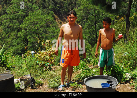 Guatemala, Aguacatan, Vater und Sohn unter Bad in der Natur (Rigoberto Rivas 22 mit Selvin Pu Rivas 13) - Stockfoto