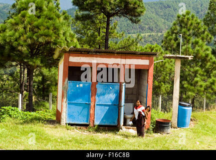 Guatemala, Aguacatan, Schule Mutter (Teresa de Leon Raymundo 32 Jahre mit Rita Aracely de Leon Raymundo 11 Monate) gehen zur latrine Stockfoto