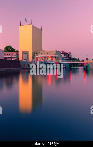Groninger Museum zur blauen Stunde in Groningen, Niederlande - Stockfoto