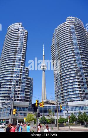 CN Tower zwischen zwei Eigentumswohnungen in Toronto, Kanada - Stockfoto