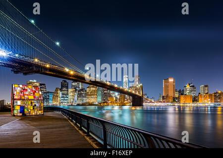 Brooklyn Bridge und die Skyline von Lower Manhattan bei Nacht aus Brooklyn Bridge Park in New York City - Stockfoto