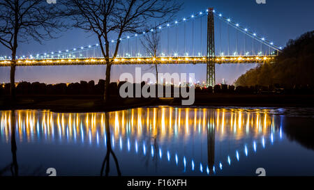 George Washington Brücke bei Nacht spiegelt sich in einer Lache des Wassers in Ress Dock Picknickplatz, New Jersey - Stockfoto