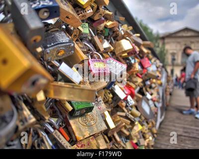 Paris, Frankreich, Europa - 21. Juni 2013: Liebesschlösser auf der Brücke Pont des Arts in Paris, Frankreich. - Stockfoto