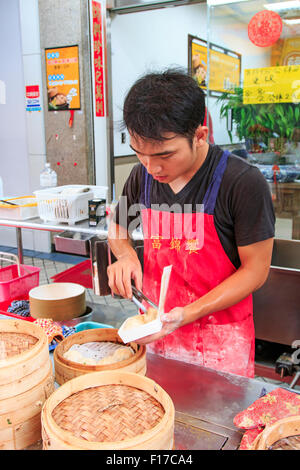 Kaohsiung, Taiwan - August 9,2015: Street Essen Anbieter in Kaohsiung, Taiwan, gedämpfte Xiao Long Bao, ein traditionelles - Stockfoto