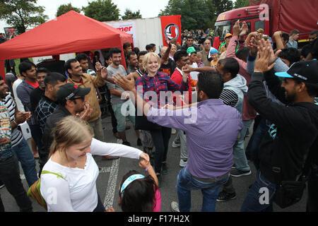 Heidenau, Deutschland. 28. August 2015. Flüchtlinge und Unterstützer tanzen auf den Straßen während eine Willkommensparty - Stockfoto