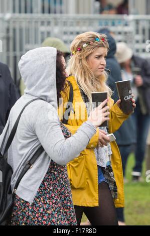 Portsmouth, UK. 29. August 2015. Siegreiche Festival - Samstag. Festivalbesucher trotzen den Regen, wie das Wetter - Stockfoto