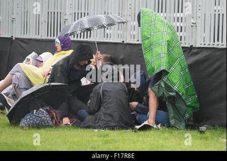 Portsmouth, UK. 29. August 2015. Siegreiche Festival - Samstag. Menschenmassen drängen sich unter Sonnenschirmen - Stockfoto