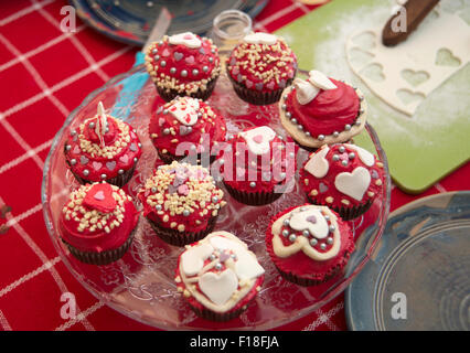 hausgemachte Valentine machen cupcakes - Stockfoto
