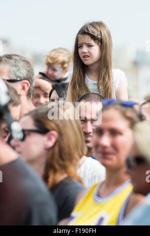 Portsmouth, UK. 29. August 2015. Siegreiche Festival - Samstag. Ein kleines Mädchen sitzt auf Schultern, Texas ihr - Stockfoto