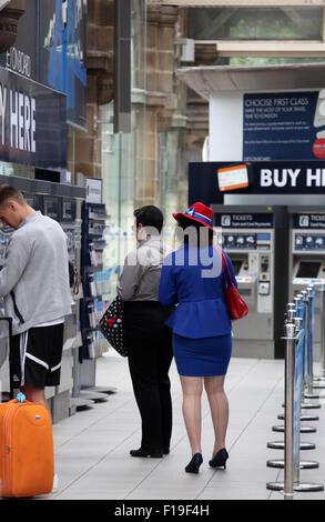 Frau im patriotischen britischen Kostüm am Bahnhof Sheffield - Stockfoto