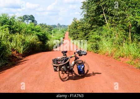 Fahrrad auf einem Feldweg rote Erde in ländlichen Regionen Afrikas - Stockfoto