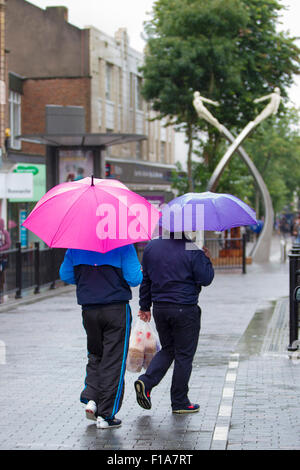 Northampton, Großbritannien 31. August 2015. Menschen unter bunten Sonnenschirmen im Zentrum Stadt auf einem dieser - Stockfoto