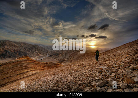 Solo auf felsigen Bergweg wandern. - Stockfoto