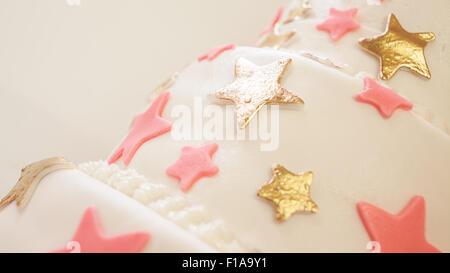 Geburtstagskuchen dekoriert mit Sternen aus Zucker. - Stockfoto