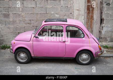 Lacco Ameno, Italien - 15. August 2015: Alte rosa Fiat Nuova 500 Stadtauto vom italienischen Hersteller Fiat zwischen - Stockfoto