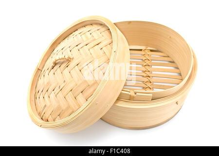 Bambus-Korb-Dampfer mit geöffnetem Deckel isoliert auf weiss - Stockfoto