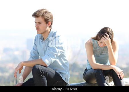 Böser Junge Streit mit seinen paar Trennung Konzept mit der Stadt im Hintergrund - Stockfoto